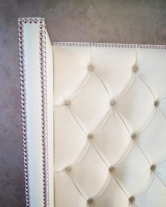 Dettaglio di un divano in pelle bianco