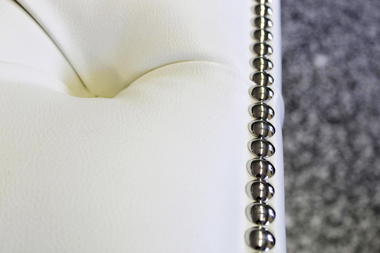 Dettaglio di un divano bianco in pelle