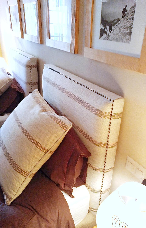 Letto con testiera personalizzata e cuscini coordinati