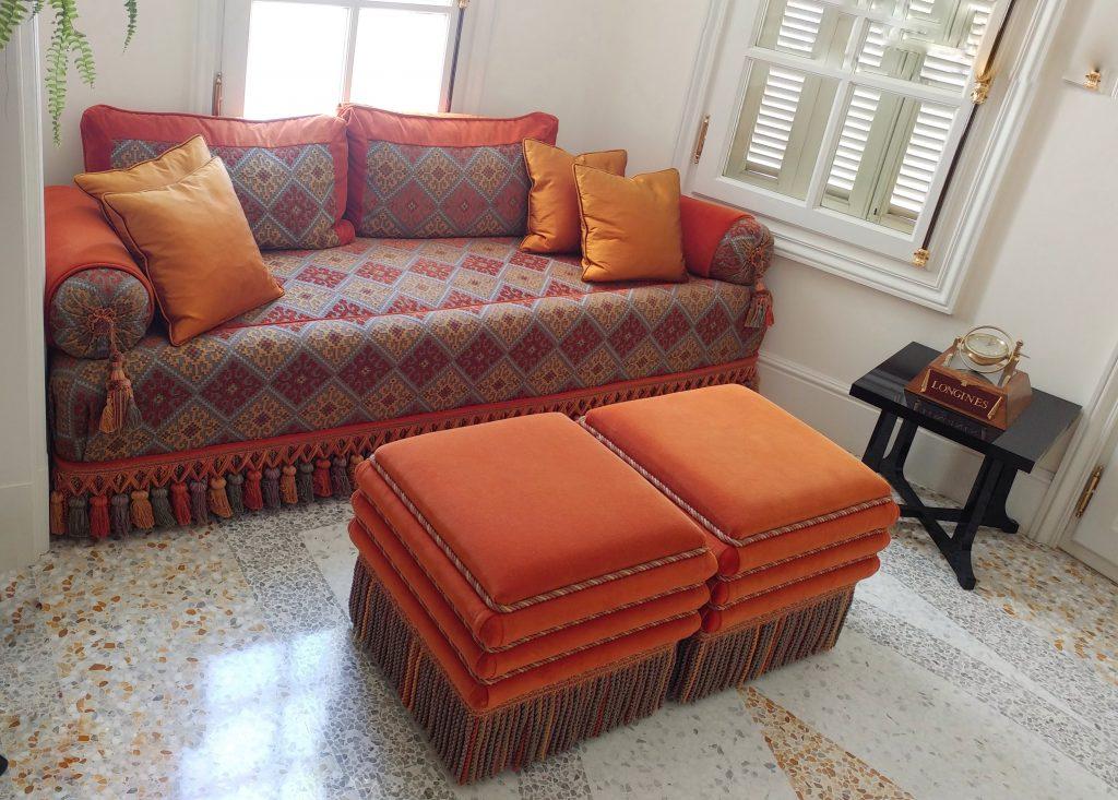 Un divano pieno di colore